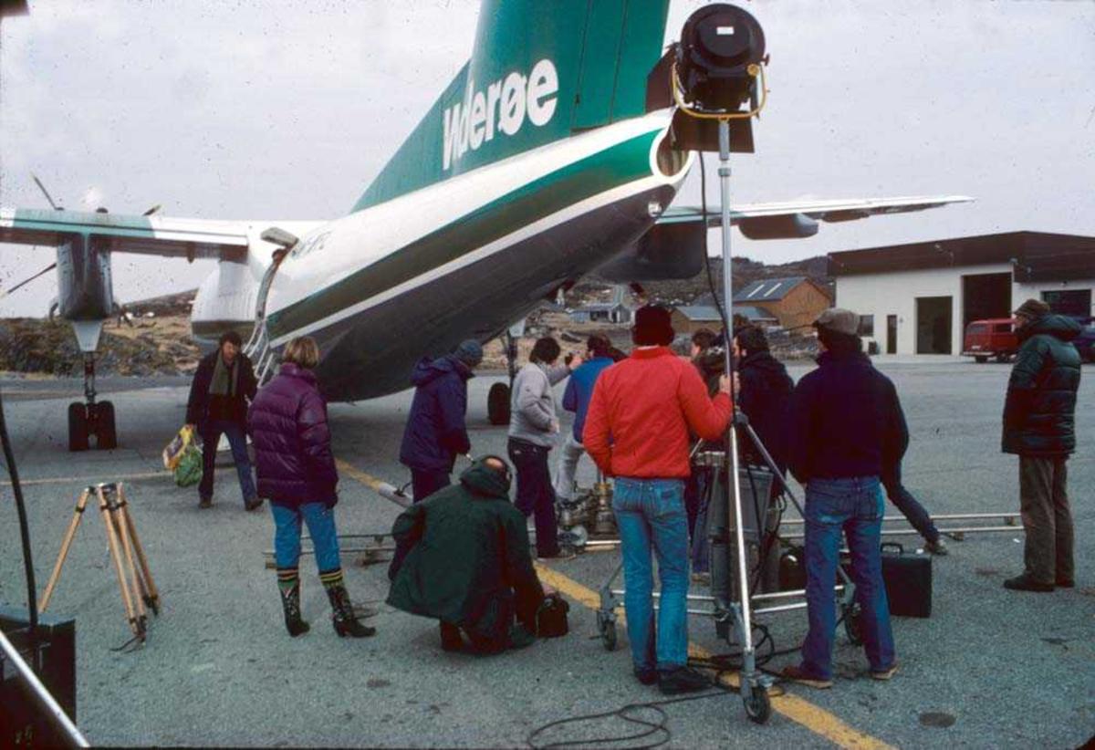 Lufthavn/Flyplass. Svolvær. Flypassasjerer. Ett fly, LN-WFL, De Havilland Canada DHC-7-102 Dash7 fra Widerøe.