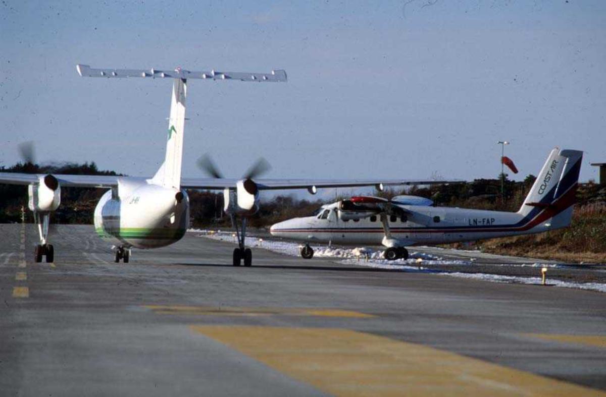 Lufthavn/flyplass. Florø. To fly, De Havilland Canada DHC-8-103B Dash8 fra Widerøe og De Havilland Canada DHC-6-300 Twin Otter fra Coast Air.