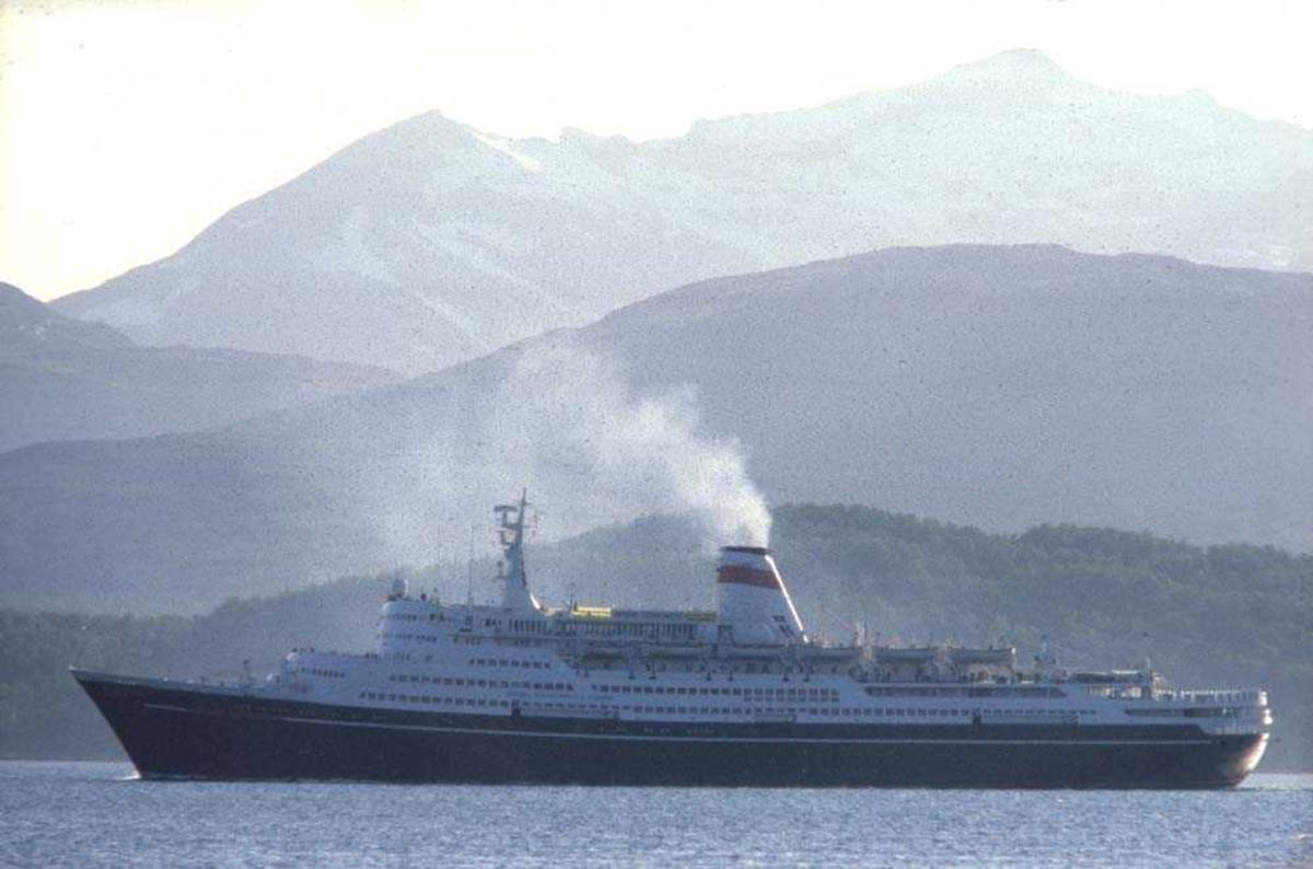 Landskap. Tromsø. Et turistskip på vei mot byen og anløp.
