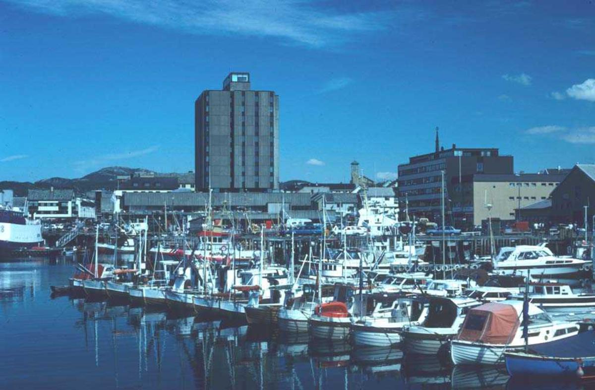 Landskap. Bodø havn med SAS hotellet ruvende midt i bildet.