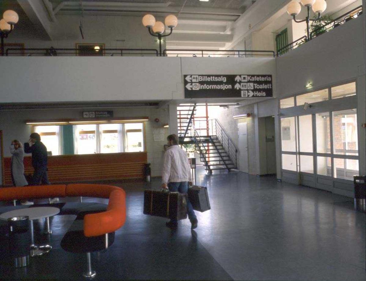 Lufthavn/Flyplass. Stokmarknes/Skagen. Interiørbilde fra flyterminalens avgangshall.