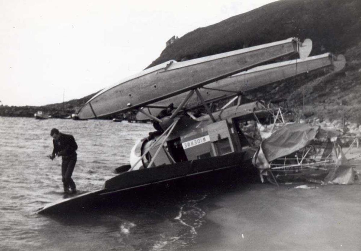 Landskap. Et fly, LN-BFP, Norseman, Widerøe, havarert Novik/Gildeskål, tauet flytende på flottørene til Storvik/ Gildeskål. Flyet er nå på land som vrak men viktige instrument skal sikres.