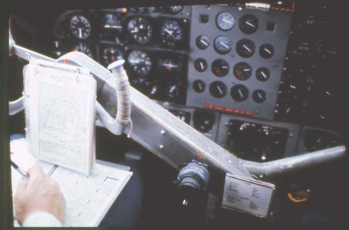 Luftfoto. Fra cockpit i et fly, DHC-6-300 Twin Otter fra Widerøe.