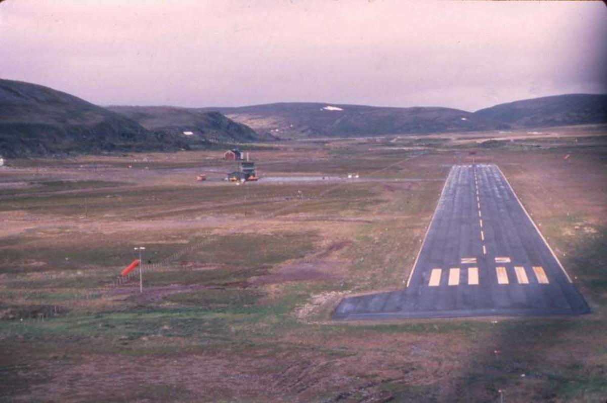 Lufthavn/flyplass. Berlevåg. Et fly, DHC-6-300 Twin Otter fra Widerøe under innflyging runway 24.
