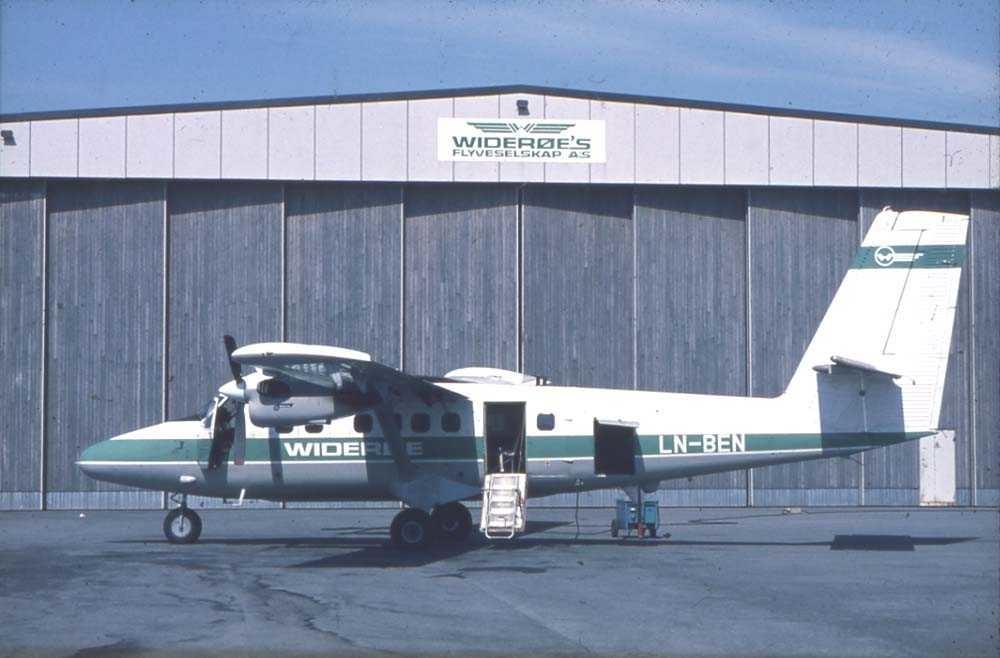Lufthavn/flyplass. Florø. Et fly, LN-BEN, DHC-6-300 Twin Otter fra Widerøe parkert foran Widerøes hangar.