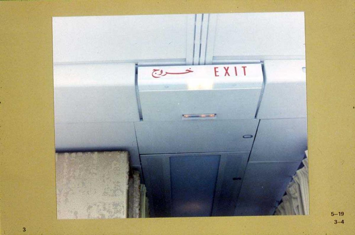 Exit-skilt i kabinen på et fly, Boeing 737-200.
