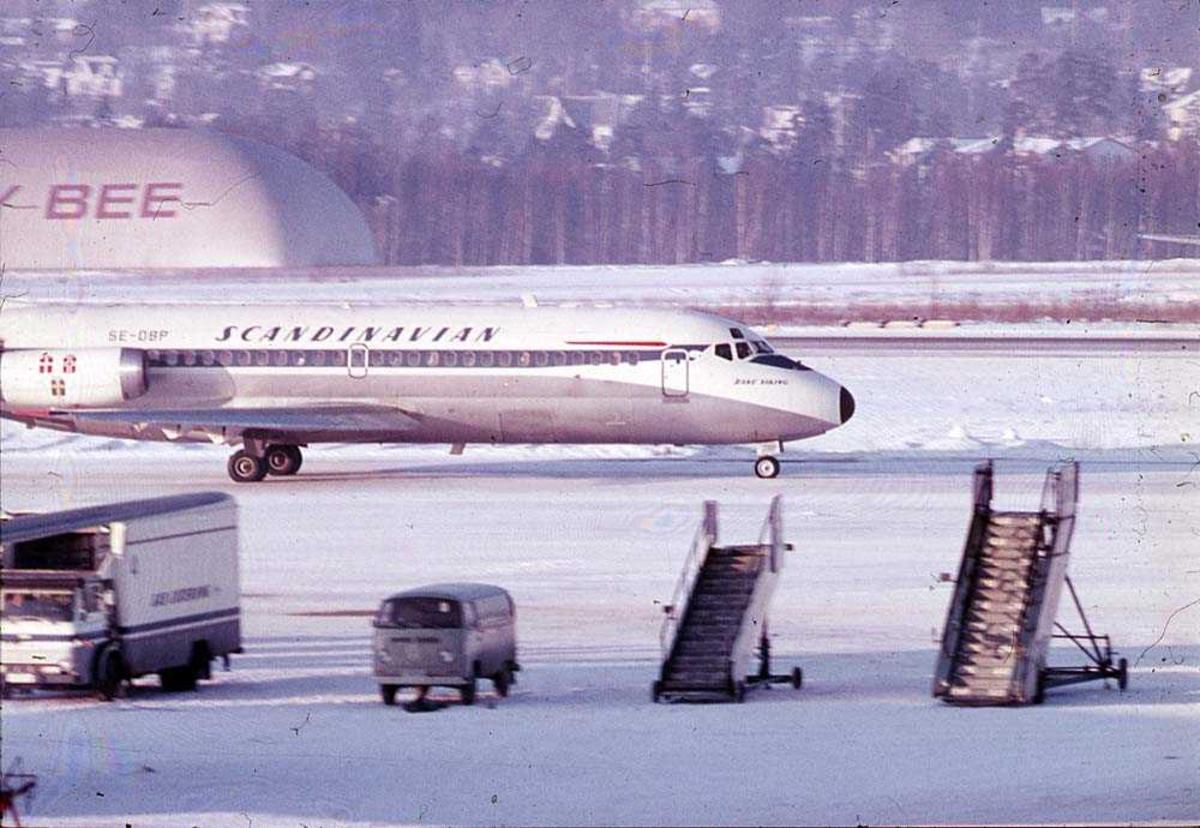 """Lufthavn. Ett fly på bakken, McDonnell Douglas DC-9-21 SE-DBP """"Rane Viking"""" fra SAS. Snø på bakken."""