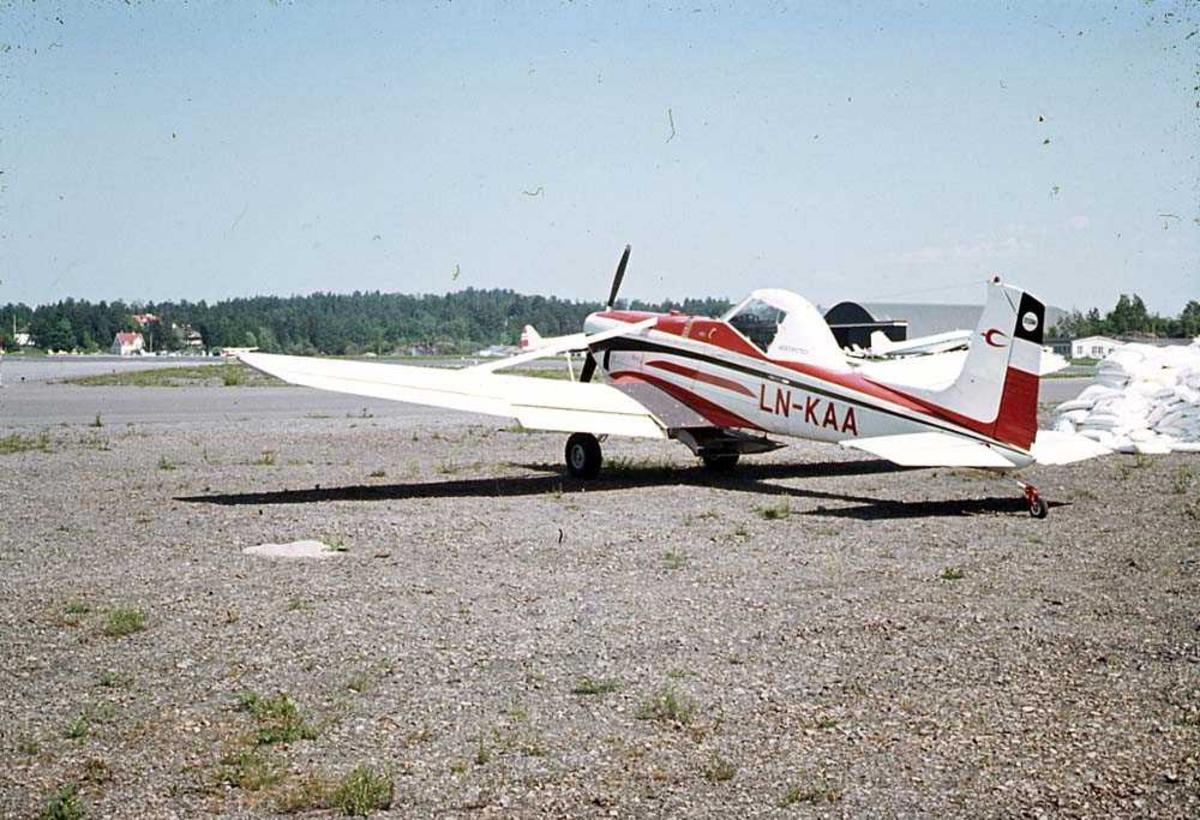 Ett fly på bakken, Cessna 188B Agwagon LN-KAA.
