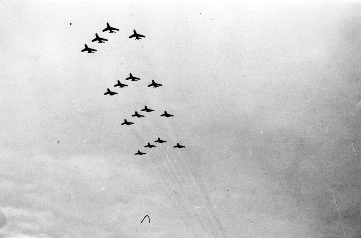 Luftfoto. 16 fly i formasjon i luften, fra 337 skv.