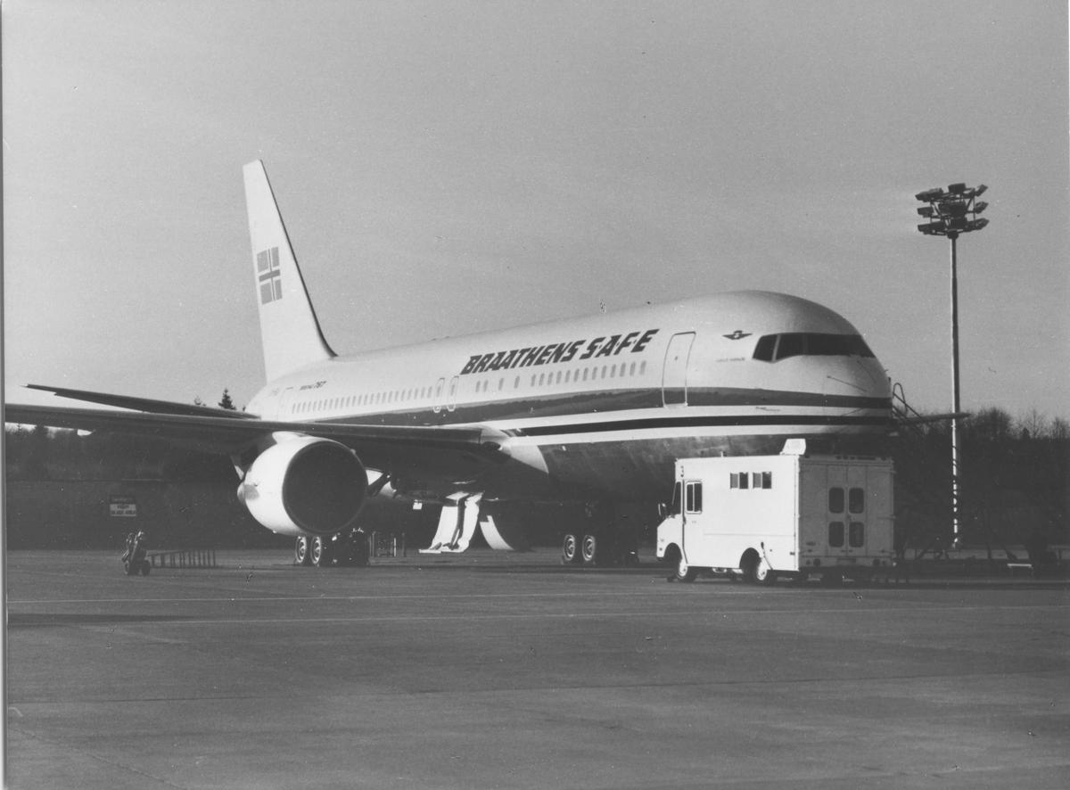 Ett fly på bakken. Boeing 767. LN-SUV Braathens SAFE