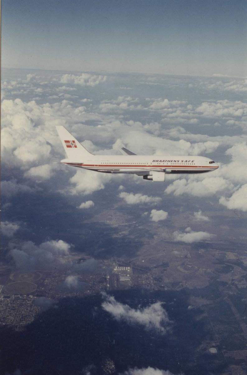 Ett fly i luften. Boeing 767. Braathens SAFE. LN-SUV.
