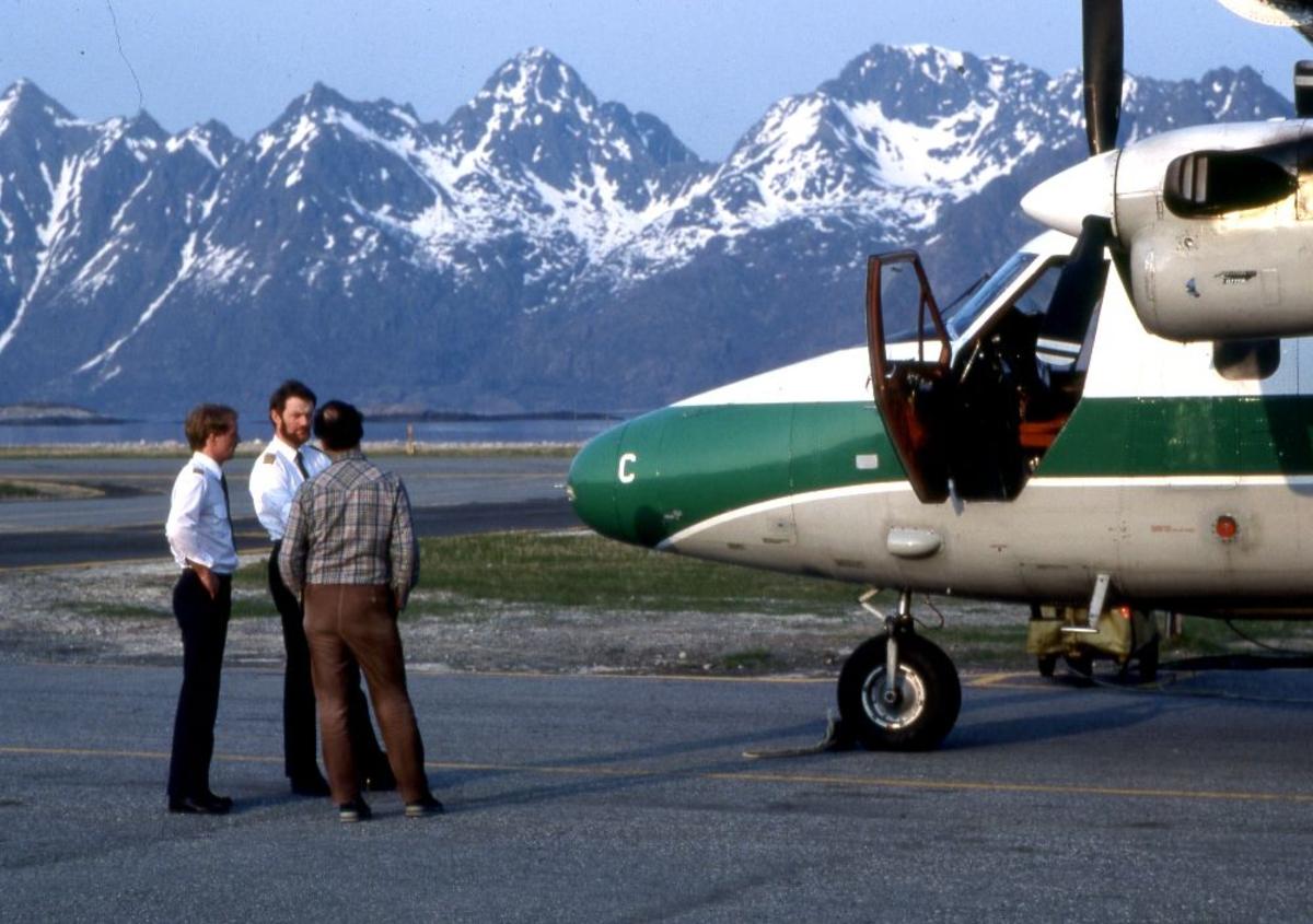 Lufthavn (flyplass). Et fly, LN-WFC, DHC-6-300 Twin Otter fra Widerøe. Tre personer foran flyet.