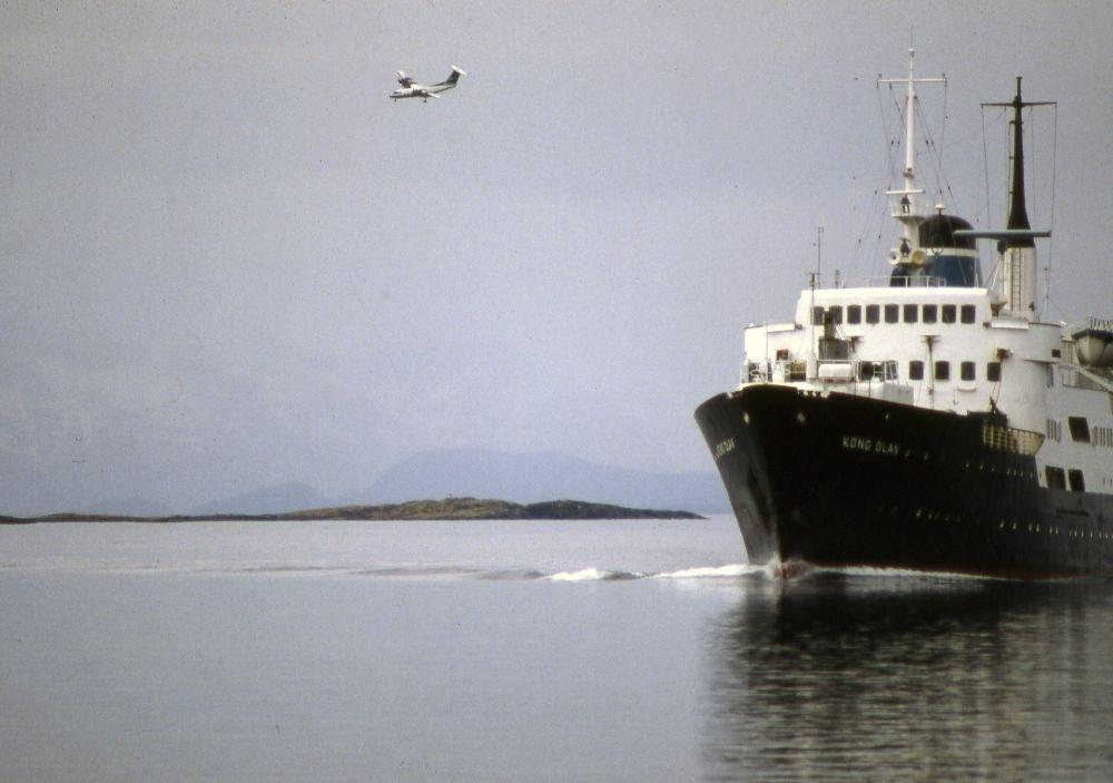 Landskap. Et fly, DHC-7-102 Dash 7 fra Widerøe og Hurtigruten (Kong Olav) har begge Bodø som mål.
