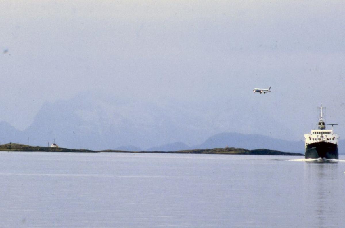 Landskap. Et fly, DC-9 fra SAS og Hurtigruten (Kong Olav), begge på vei til Bodø.