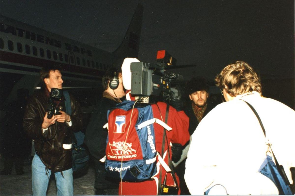 Lufthavn/Flyplass. Murmansk. Braathens SAFE,s første flyvning. Et filmteam gjør opptak etter landing