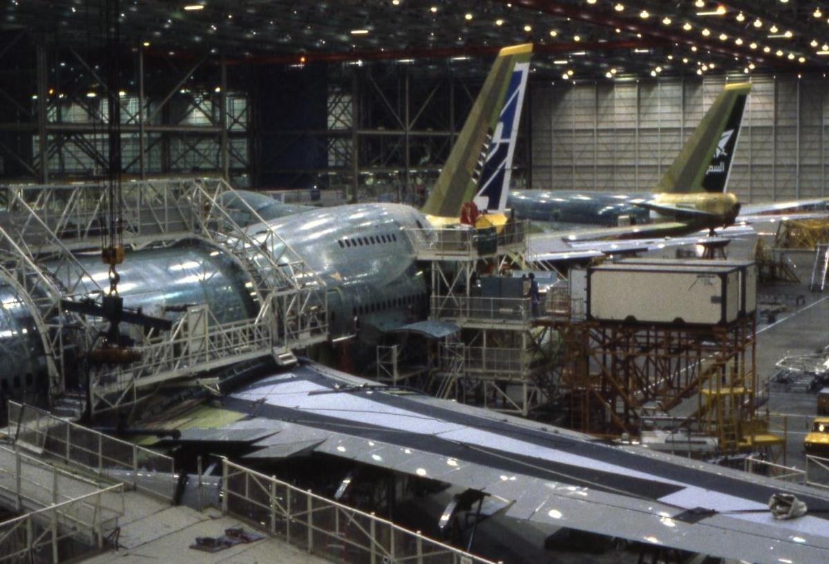 Landskap. Boeings flyfabrikk Seattle. Oversikt over en del av produksjonslokalene til flyfabrikken. Flere fly under produksjon.