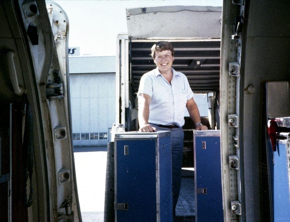 Lufthavn/Flyplass. En person fra Braathens SAFE flytter på skap til pantryet i flyet.