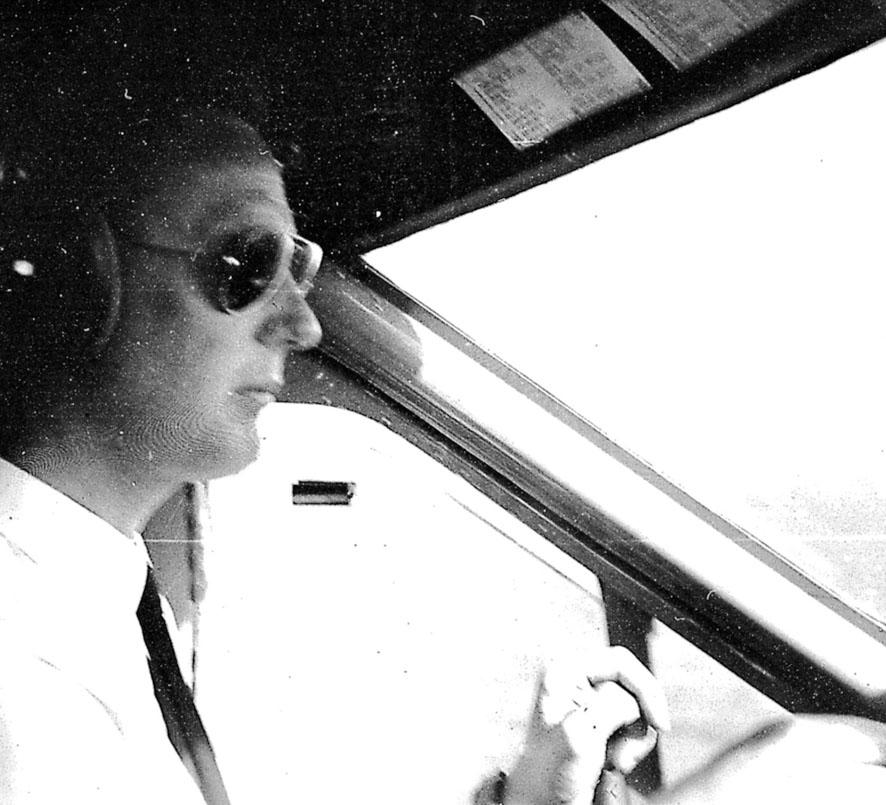 Fra cockpiten på et fly. 1 person, flyger - pilot - i cockpiten.