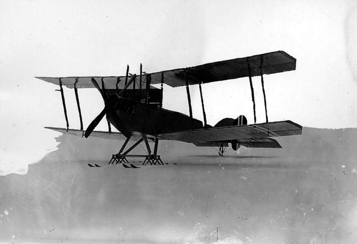 Ett fly med skiunderstell på bakken, FF 5 T1 b. Fly no 153.