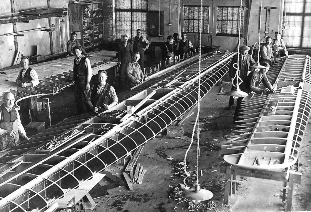 Kjeller Flyfabrikk. Fra snekkerverkstedet. Flere fabrikkarbeidere i arbeid med flyvinger til Fokker