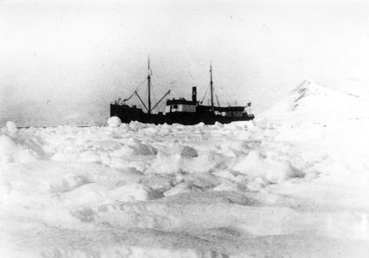 """Ishavsfartøyet """"Forsete"""" ved Iskanten."""