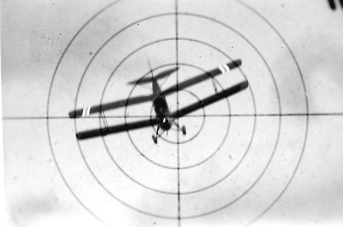 Luftfoto, ett fly i luften, Tiger Moth, sett gjennom våpensikte.