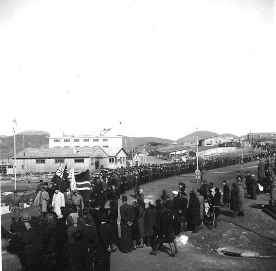 Frigjøringsdagene i Bodø etter krigen 1940 - 1945. Mange mennesker samlet. Kullkranen til Jakhelln i bakgrunnen.