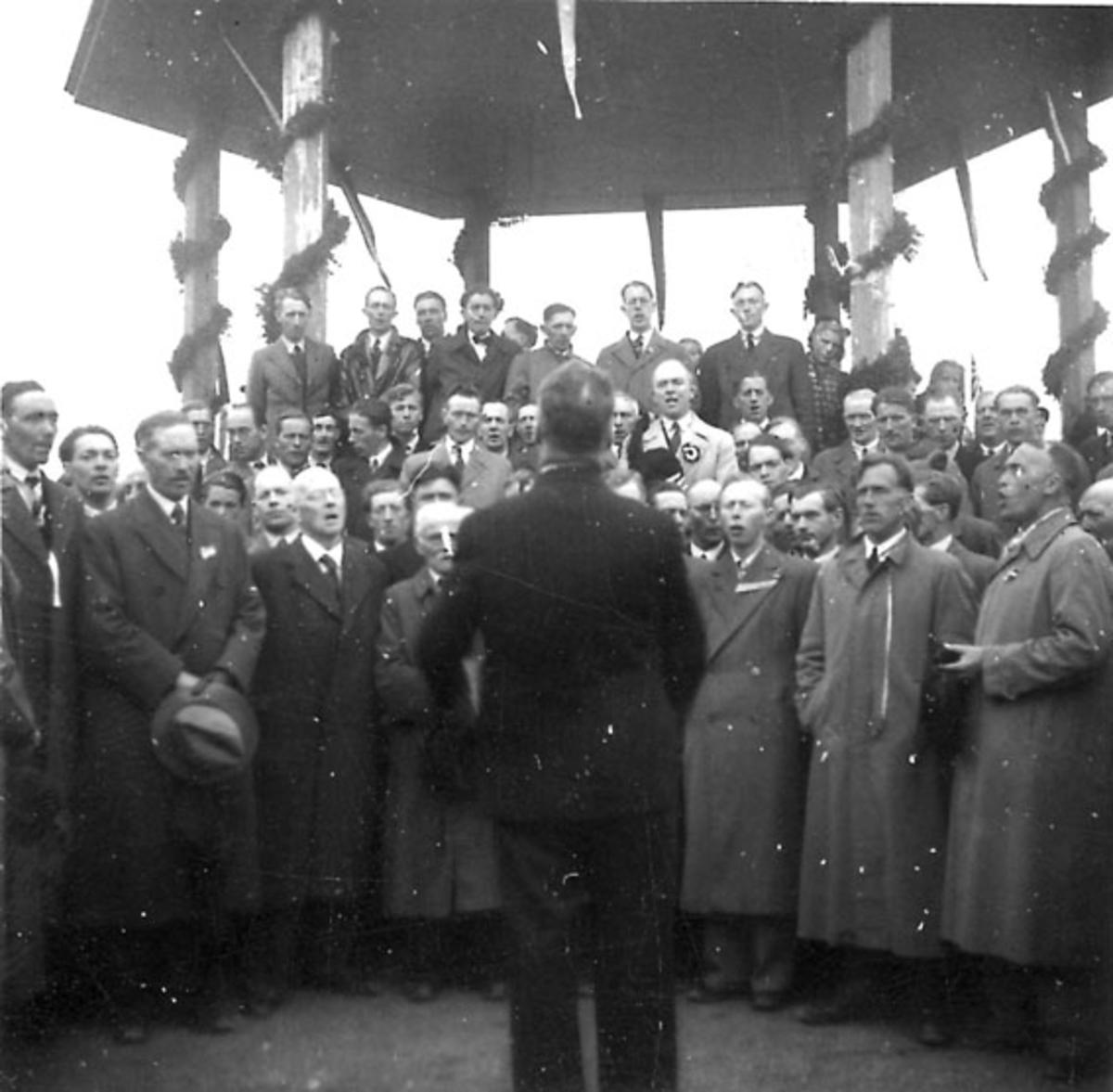 Frigjøringsdagene i Bodø etter krigen 1940 - 1945. Pyntet paviljong med sangkor, ant. fra Solparken.