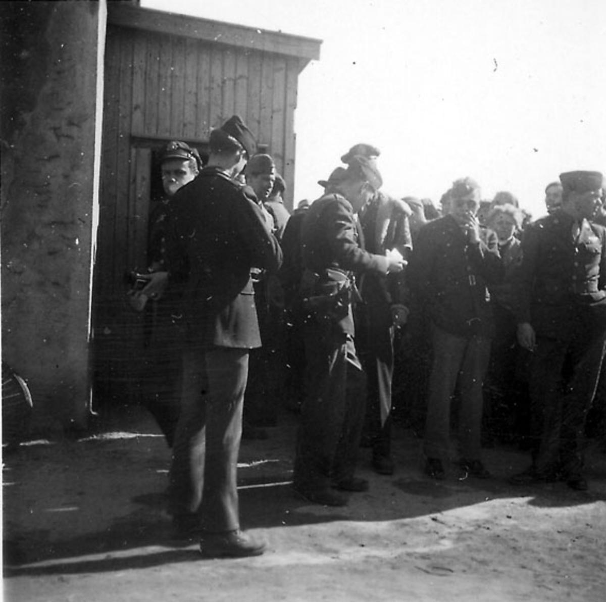 Frigjøringsdagene i Bodø etter krigen 1940 - 1945. Flere militære og sivile foran bygning. Grand Hotel.
