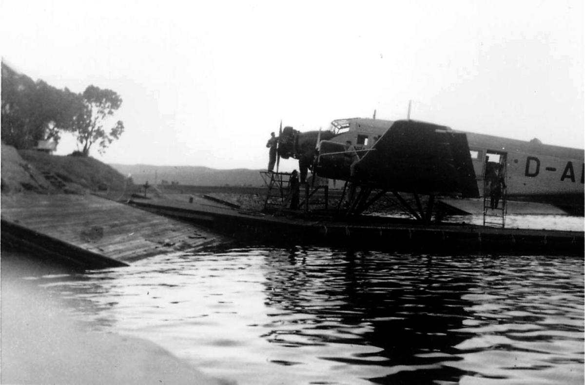 Sjøflyhavn, ett fly Junkers Ju 52/3mge fra Lufthansa. Ligger ved kai.