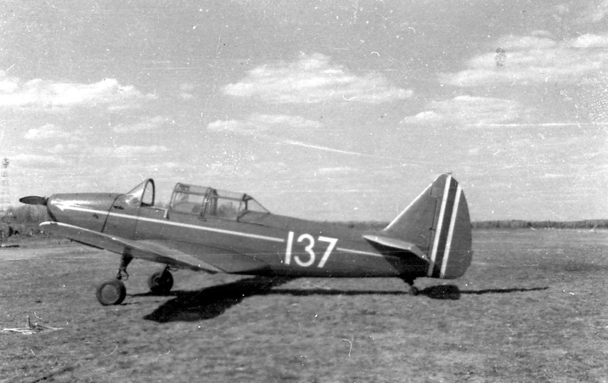 Åpen plass, ant. lufthavn. ett fly på bakken, Fairchild PT-19A-FA (Cornell) merket 137.
