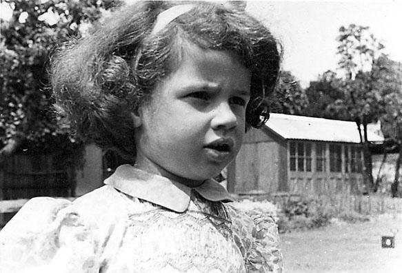 Portrett, nærbilde av et barn. Tatt utendørs, ant. i en park e.l.
