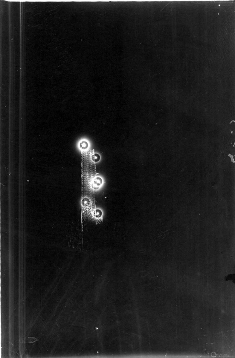 Flomlys i mørket, lamper montert på luftskipshangaren?