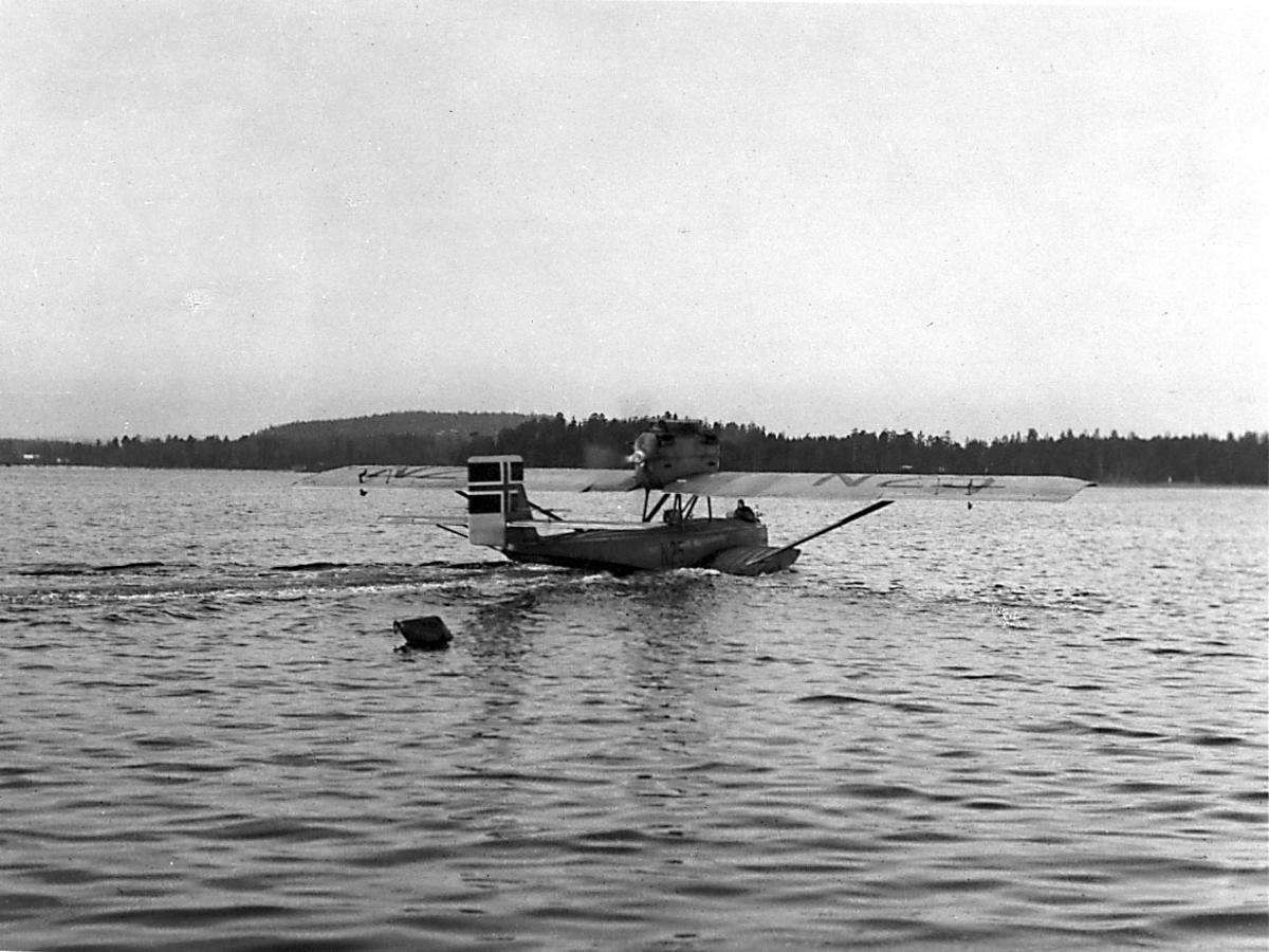 1 fly i sakte fart på havoverflata,  N25 Dornier-Wal.