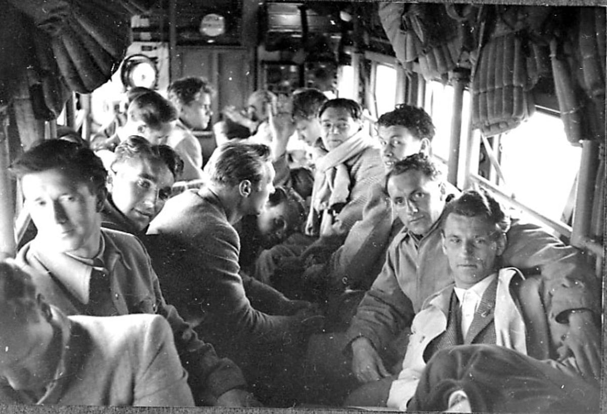 Flyinteriør, inne i Junkers. Flere personer sitter inne i flycabinen.