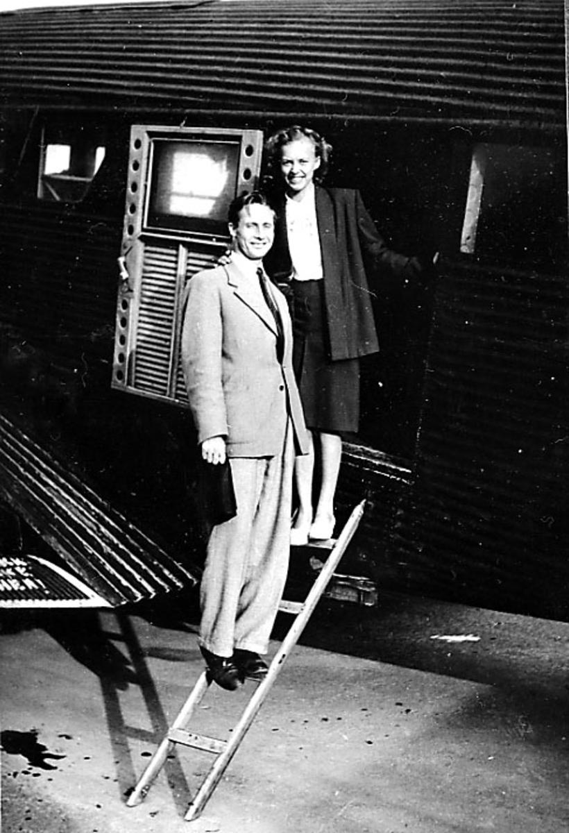 2 personer på vei ombord i et fly, Junkers.