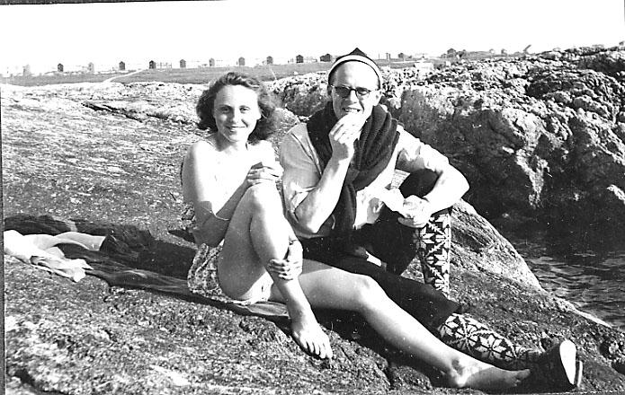 Portrett, 2 personer, ung kvinne og mann,  tatt utendørs