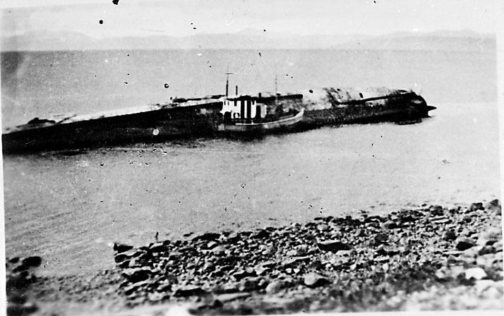 Skipsvrak ved strandkanten, fiskefartøy e.l. ved vraket. Narvik under 2. verdenskrig