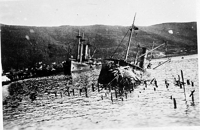 2 fartøy, frartøyet foran delvis nedsunket. Rester etter kaianlegg sees. Narvik under 2. verdenskrig.