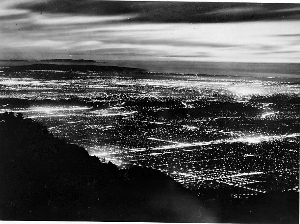 Div. reklame og opplysninger om TWA - illustrert med bilder, skisser og tekst. Luftfoto av by tatt om natta.