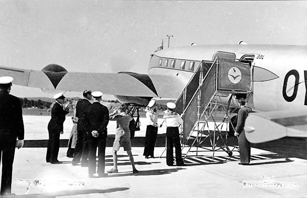 "Lufthavn, 1 fly på bakken, Focke-Wulf Fw200 Condor OY-DAM ""Dania"" fra DAL (DDL). Flere personer ved flyet. Laandgang."
