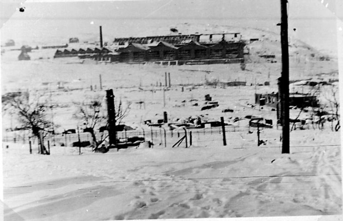 Industriområde med fabrikkbygning. Snø på bakken.