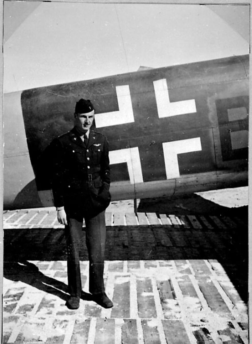 Lufthavn, portrett 1 person oppstil foran et fly. Tysk fly.