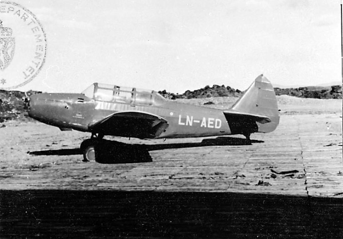 Lufthavn, 1 fly på bakken, Cornell M62A-3 (PT-19), LN-AED, fra Hareide.