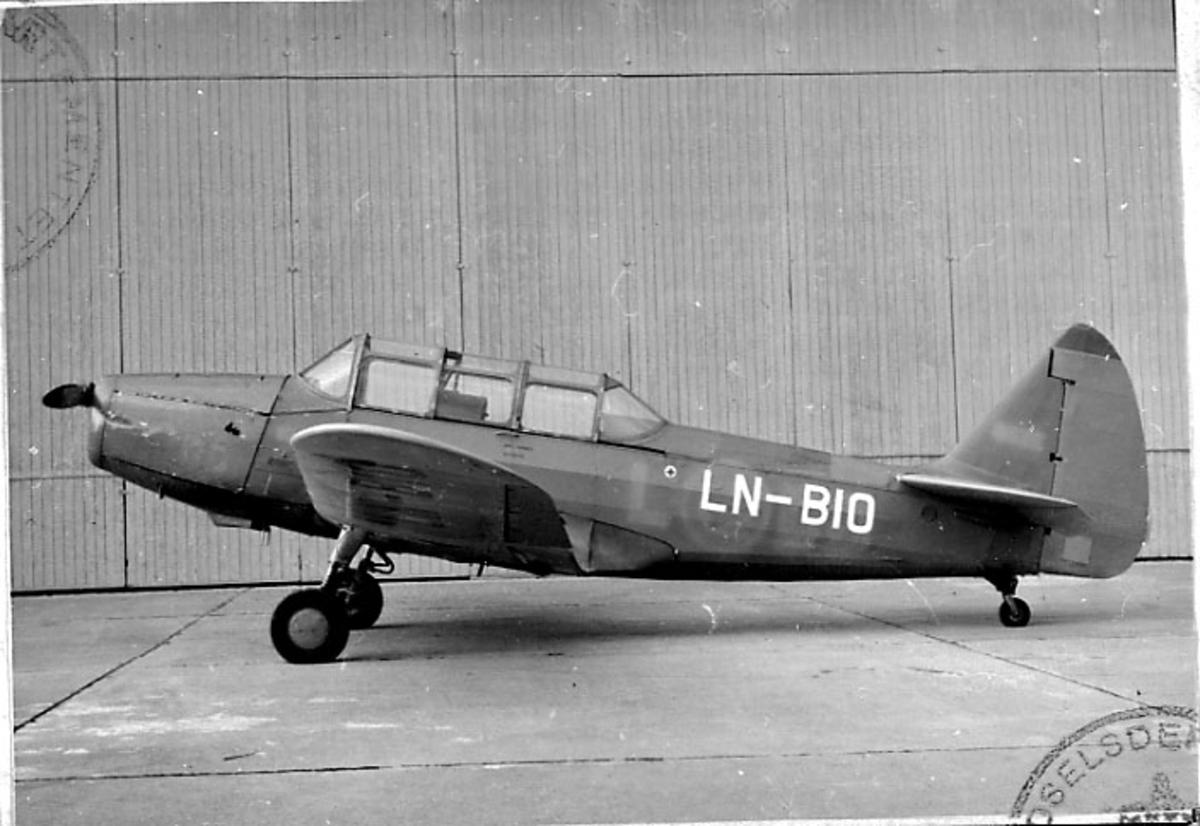 Lufthavn, 1 fly på bakken, Cornell M62A3 (PT-26), LN-BIO, fra Det Kongelige Norske Flyvåpen.
