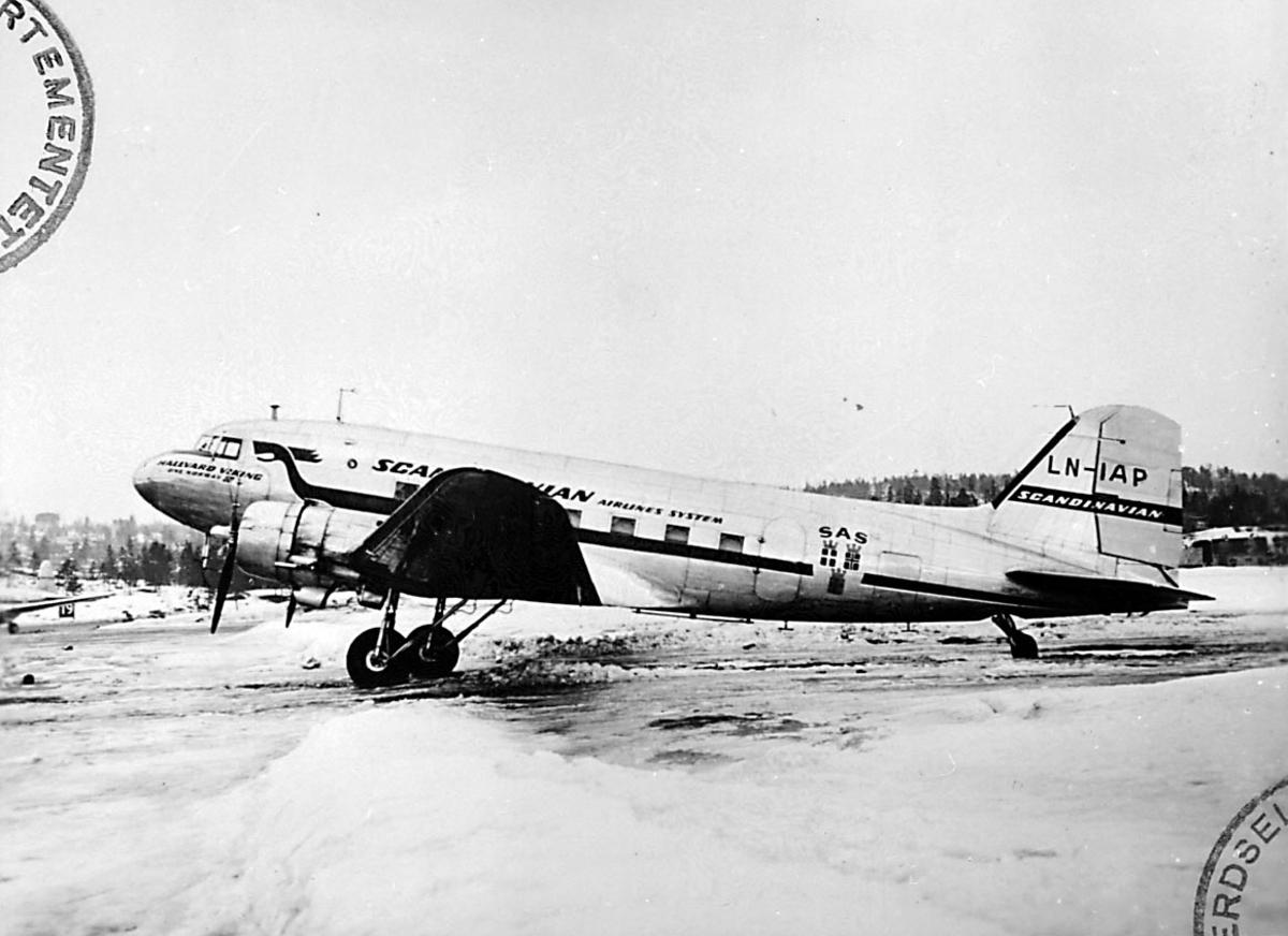 """Lufthavn, 1 fly på bakken, Douglas DC-3 C-47A Dacota, LN-IAP """"Halvdan Viking"""""""