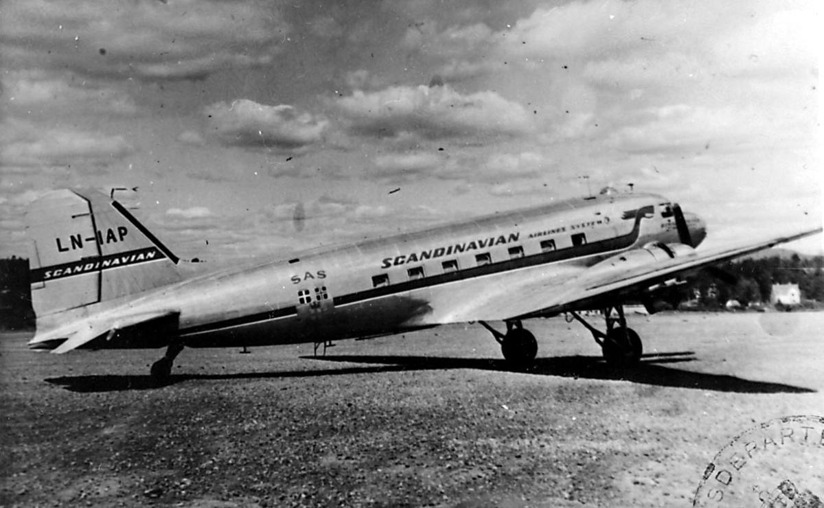 """Lufthavn, 1 fly på bakken, Douglas DC-3 C-47A Dacota, LN-IAP """"Nordpol/ Halvdan Viking"""" fra Staten v/Forsvarsdepartementet."""