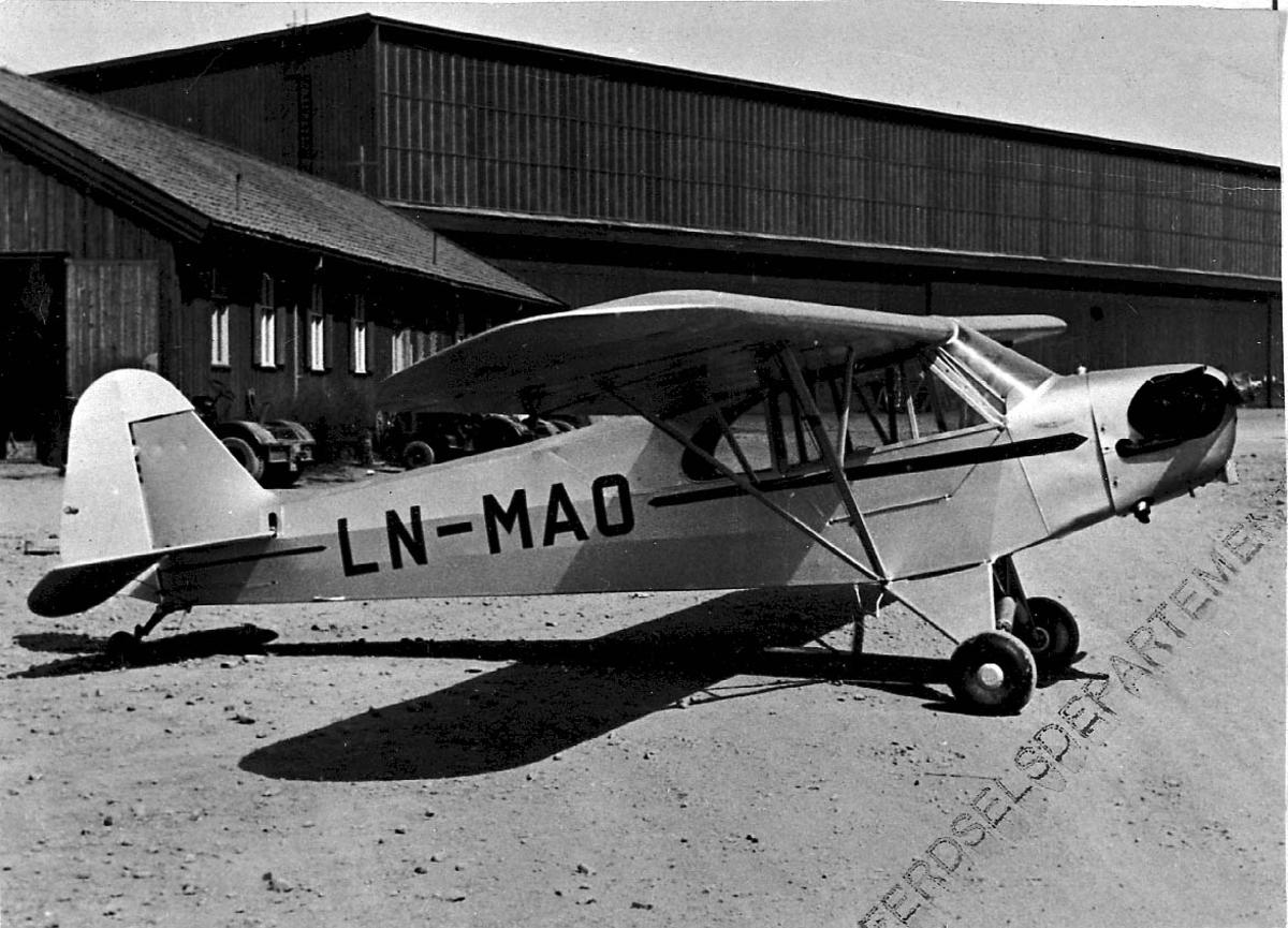 Lufthavn, 1 fly på bakken Piper L 4 J Cub C 65 LDB 174 LN-MAO fra Stavanger Fk Stavanger.