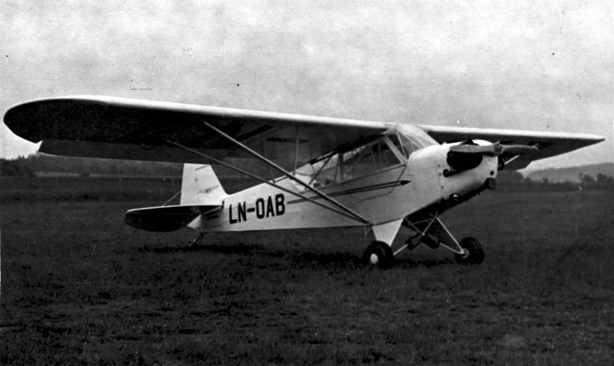 Lufthavn, 1 fly på bakken Piper J-3C-65 Cub L-4 H LDB 197 fra Østlandske Flyselskap A/S.
