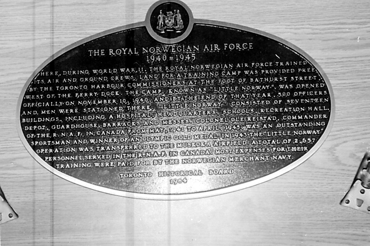 """Minnetavle over """"The Royal Norwegian Air Force 1940 - 1945"""" i Little Norway, Canada."""